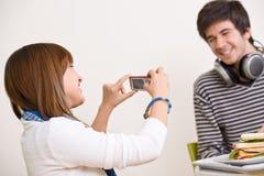 Estudiantes - pares adolescentes felices que toman la foto Imágenes de archivo libres de regalías