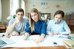 Estudiantes pensativos de la arquitectura en biblioteca Fotografía de archivo