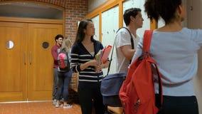 Estudiantes que abren los armarios almacen de metraje de vídeo