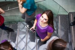 Estudiantes que acometen arriba y abajo de una escalera ocupada Imagen de archivo libre de regalías