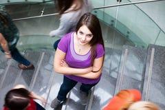 Estudiantes que acometen arriba y abajo de una escalera ocupada Fotografía de archivo
