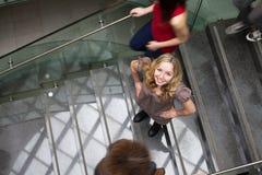 Estudiantes que acometen arriba y abajo de una escalera ocupada Fotografía de archivo libre de regalías