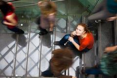 Estudiantes que acometen arriba y abajo de una escalera ocupada Imagen de archivo