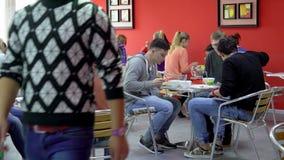 Estudiantes que almuerzan en el refectorio almacen de video