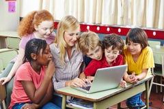 Estudiantes que aprenden con el ordenador imagen de archivo libre de regalías