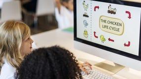 Estudiantes que aprenden concepto del aprendizaje electrónico de la biología Imagen de archivo libre de regalías