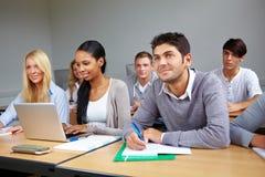 Estudiantes que aprenden en clase Fotos de archivo