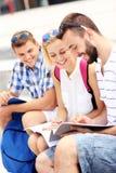 Estudiantes que aprenden en el campus Foto de archivo