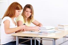 Estudiantes que aprenden en el escritorio Fotos de archivo libres de regalías