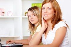 Estudiantes que aprenden en el escritorio imagenes de archivo