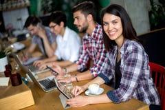 Estudiantes que aprenden en una cafetería Fotografía de archivo libre de regalías