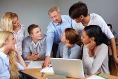Estudiantes que aprenden en universidad imagen de archivo