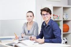 Estudiantes que aprenden junto Fotografía de archivo