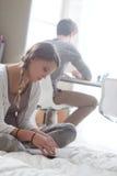 Estudiantes que aprenden junto en casa Imagen de archivo