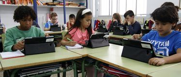Estudiantes que aprenden los peligros y las buenas aplicaciones de Internet y de las redes sociales imagen de archivo libre de regalías