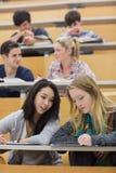 Estudiantes que aprenden y que hablan en una sala de conferencias Fotos de archivo libres de regalías