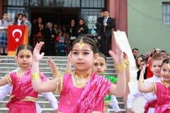 Estudiantes que bailan en los trajes indios para el 23 de abril Imágenes de archivo libres de regalías