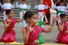 Estudiantes que bailan en los trajes indios para el 23 de abril Foto de archivo libre de regalías
