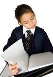 Estudiantes que buscan notas. Imagen de archivo libre de regalías