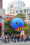 Estudiantes que caminan con el globo grande Imagenes de archivo