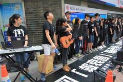 Estudiantes que cantan el evento para memorizar protestas de la Plaza de Tiananmen de China de 1989 Foto de archivo libre de regalías