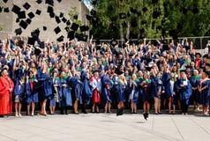 Estudiantes que celebran la graduación Imagen de archivo libre de regalías