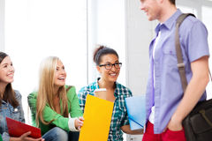 Estudiantes que comunican y que se ríen de la escuela Foto de archivo libre de regalías