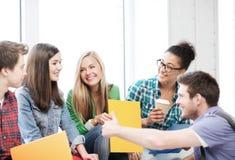 Estudiantes que comunican y que se ríen de la escuela Imágenes de archivo libres de regalías