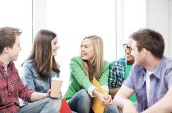 Estudiantes que comunican y que se ríen de la escuela Fotos de archivo