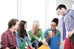 Estudiantes que comunican y que se ríen de la escuela Foto de archivo