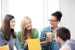 Estudiantes que comunican y que se ríen de la escuela Imagenes de archivo
