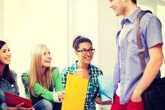 Estudiantes que comunican y que se ríen de la escuela Fotografía de archivo libre de regalías