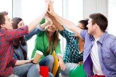 Estudiantes que dan el alto cinco en la escuela Fotografía de archivo libre de regalías