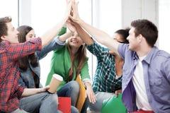 Estudiantes que dan el alto cinco en la escuela Fotografía de archivo