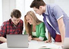 Estudiantes que escriben la prueba o el examen en conferencia en la escuela Foto de archivo libre de regalías