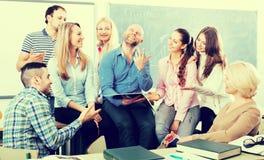 Estudiantes que escuchan el profesor durante rotura Foto de archivo libre de regalías