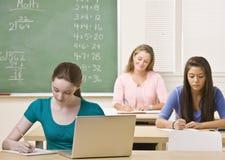 Estudiantes que estudian en sala de clase Foto de archivo libre de regalías