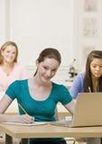 Estudiantes que estudian en sala de clase Imagen de archivo