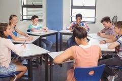 Estudiantes que estudian en sala de clase Fotos de archivo libres de regalías