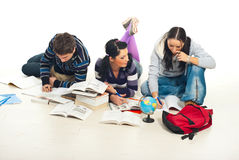 Estudiantes que estudian en suelo Foto de archivo libre de regalías