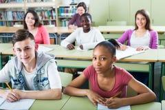 Estudiantes que estudian junto Fotos de archivo
