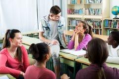 Estudiantes que hablan durante una rotura fotografía de archivo