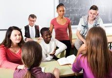 Estudiantes que hablan durante una rotura foto de archivo