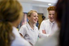 Estudiantes que hablan en la escuela Fotos de archivo libres de regalías