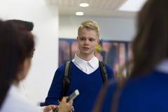 Estudiantes que hablan en la escuela fotos de archivo