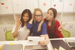 Estudiantes que hacen selfies Fotos de archivo