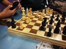 Estudiantes que juegan a ajedrez fotografía de archivo