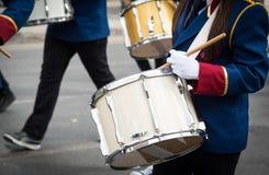 Estudiantes que juegan los tambores durante un desfile en Nicosia Chipre Imagen de archivo