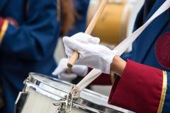 Estudiantes que juegan los tambores durante un desfile en Nicosia Chipre Fotografía de archivo