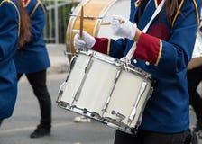 Estudiantes que juegan los tambores durante un desfile en Nicosia Chipre Imagen de archivo libre de regalías